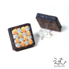 黒檀にチクチクと刺繍しました。写真3はサイズイメージです。サイズ:13×13mm刺繍糸:オレンジ×ライトグレーピアス台紙は楠を使用しています。ピアススタンドとしても使用できます。