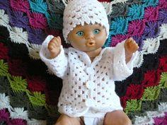 LINDEVROUWSWEB: Granny Babyvestje met muts en slofjes Crochet Doll Clothes, Crochet Toys, Crochet Baby, Baby Annabell Kleidung, Doll Patterns, Crochet Patterns, Baby Born Clothes, Baby Pop, Angel Outfit