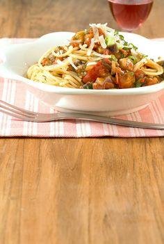 Rezept für Scharfe Gemüsespaghetti bei Essen und Trinken. Ein Rezept für 2 Personen. Und weitere Rezepte in den Kategorien Fisch, Gemüse, Kräuter, Nudeln / Pasta, Hauptspeise, Braten, Dünsten, Kochen, Schmoren, Italienisch.