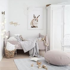 Vaaleansävyinen lastenhuone ihanilla yksityiskohdilla! Pupujuliste on todella söpö, samoin pallovalot. Kidsroom, love the bunny poster and lights <3