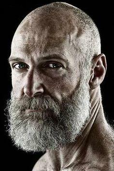 Волевой и коммуникабельный старец с душой наивного ребёнка,защикочет бородой до полусмерти