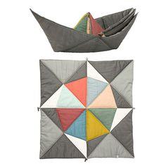 Die Decke Play-Fold Ship von Fabelab ist zugleich auch ein kuscheliges Schiff. Inspiriert durchalte orientalische Origamitechniken wurde die Spieldecke in Patchwork Mustern in Dänemark designt. Die Nähte fungieren dabei als Bruchkanten, wodurch sich die Decke ganz schnell in ein Schiff verwandeln lässt ohne dass das Material einknickt. Die vielseitige Decke wird Ihr Kind lange begleiten: