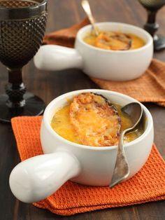 SOUPE A L'OIGNON (Pour 4 P : 500 g d'oignons, 50 g de beurre, 1 c à s d'huile, 30 g de farine, 25 cl de vin blanc + 1 litre de fond de volaille, sel, poivre, 6 tranches de pains, 100 g de comté râpé)