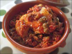Il pollo alla cacciatora è una pietanza tipica toscana in cui il pollo viene cotto in umido con pomodoro, carote, sedano e olive bianche