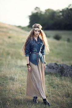 Bohemian look. Jolie chemise en jean avec la robe longue et quelques accessoires. Découvrez votre style bohème avec les stylistes personnels de Fason.