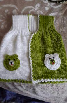 Acemi örgücülerin kolaylıkla yapabilecekleri güzel bir model.  Malzemeler: Beyaz bebe yünü Yeşil bebe yünü Siyah ip 3 numara şiş 4 numara tığ Düğme Yapılı� Little Girl Dresses, Little Girls, Girls Dresses, Baby Knitting Patterns, Knitting Stitches, Beaded Cross Stitch, Crochet, Knitted Hats, Diy And Crafts