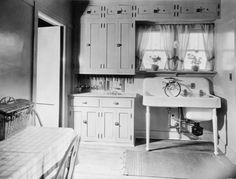 This early 1920's photo of a model Koehler kitchen shows the big progress that was made with building-in the key elements. This ultimately saved space and made the kitchen more flexible, which meant that the concept of a 'kitchen table' was now possible!