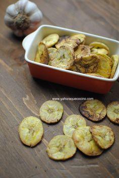 Cómo Hacer Chips de Plátano al Horno, con ajo y sal. Una versión baja en calorías y muy nutritiva. Solo necesitas plátano macho verde, y 3 ingredientes más