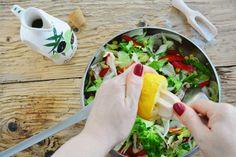 salata iceberg cu piept de pui si ardei gras