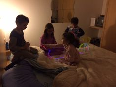 fosforescente party  http://super-mamme.it/2015/07/15/pigiama-party-fosforescente/
