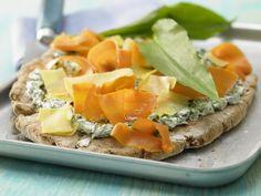 Bärlauchfladen vom Blech - mit Möhren und saurer Sahne - smarter - Kalorien: 672 Kcal - Zeit: 30 Min. | eatsmarter.de