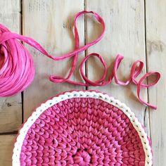 Me encanta cuando encuentro tiempo para tejer por placer y probar cómo quedan esas nuevas ideas que mi cabeza imagina. Este mes me pongo en modo creación para la nueva colección. Os iré informando, mientras tanto, que tengáis un día a tope de LOVE ❤️ #santapazienzia #ideas #crochet #ganchillo #love #diy #handmade #handmademolamas #knit #knitting #trapillo #trapilho #totora #trapillotrapart #nuevasideas #home #deco