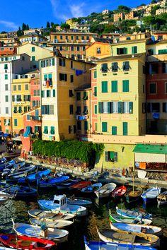 Spettacolo di colori tra barche e case di.