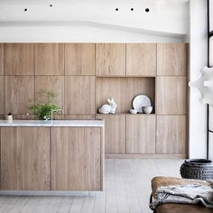 We just fell in love with a new kitchen collection Selected Oak by Swedish brand Ballingslöv. The designers have found the perfect combination of gorgeous ✌Pufikhomes - source of home inspiration Wooden Kitchen Cabinets, Timber Kitchen, Rustic Kitchen, Modern Cabinets, Kitchen Post, New Kitchen, Beddinge, Sr1, Decoration Inspiration