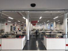 Logo na entrada da escola estão três das oficinas específicas para os cursos de couro, com máquinas e ferramentas para oferecer aos alunos vivência da realidade do mercado de trabalho. Confira mais informações sobre os cursos no link https://artefatosdecouro.sp.senai.br/
