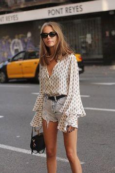 10 outfits estilosos para enfrentar o calor. Blusa com manga flare, short jeans desfiado