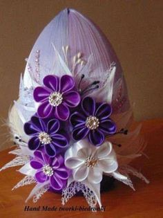 Easter Projects, Easter Crafts, Christmas Bulbs, Christmas Decorations, Quilling Craft, Kanzashi Flowers, Egg Art, Egg Decorating, Ribbon Crafts