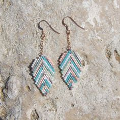 Boucles d'oreille plume feuille perles miyuki et or rose Diy Seed Bead Earrings, Brick Stitch Earrings, Seed Bead Jewelry, Bead Jewellery, Beaded Earrings, Diy Jewelry, Beaded Jewelry, Handmade Jewelry, Beaded Embroidery