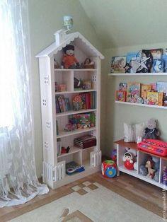 Купить или заказать 2. Шкаф-домик в интернет-магазине на Ярмарке Мастеров. Высокий книжный шкаф-домик дарит очарование детской комнате. Имеет 5 вместительных полочек для хранения книг, игрушек, сувениров. Ребенку обязательно понравится декор в виде скворечника, окошечек, волнистой крыши и заборчика. Разница в цвете, размере, материалах возможна, благодаря ручной работе (см. правила магазина).