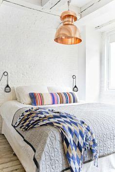 sol en bois, lit blanc, lustre insolite, chambre a coucher, intérieur cocooning , moderne