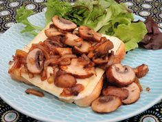 Hot garlic bread with Brie cheese and fried mushrooms Tasty Dining - Warm garlic bread with Brie cheese and fried mushrooms - Tapas, Confort Food, Vegetarian Recipes, Cooking Recipes, Food Inspiration, Love Food, Food And Drink, Yummy Food, Brie