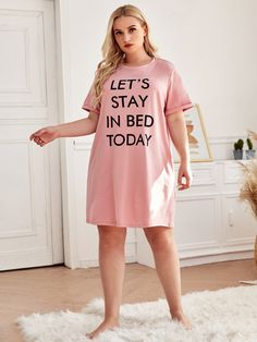 Robe de nuit avec motif slogan | SHEIN Satin Pyjama Set, Satin Pajamas, Pajama Set, Mens Pants Size Chart, Stay In Bed, Buttons, Slogan, Shirt Dress, Casual