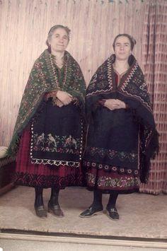 """Μέτσοβο δεκαετία 1980. """" Την Καθαρή Δευτέρα συνήθιζαν να ντύνονται με τις υφαντές φούστες και ποδιές, να παίρνουν τα ιχράμια στις πλάτες και να βγαίνουν βόλτα στην πλατεία και να επισκέπτονται συγγενικά σπίτια."""" www.metsovomuseum.gr Greek Traditional Dress, Traditional Outfits, Ethnic Dress, Greek Art, Folk Costume, Designer Dresses, Greece, Kimono Top, Culture"""