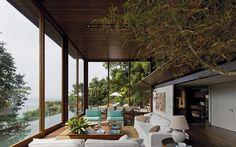 A proposta dos arquitetos para o imóvel AMB, no Guarujá, era fazer uma 'casa-varanda', com portas de correr de vidro que permitissem o contato visual com o espaço externo. Foto: Divulgação / Leonardo Finotti