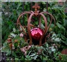 Picture result for crowns from tin cans - Trends Garden Decorations Christmas Urns, Christmas Projects, Christmas Decorations, Xmas, Christmas Ornaments, Garden Decorations, Crown Decor, Diy Crown, Garden Planters