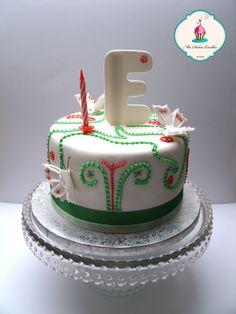 tarta de fondant con detalles en glasa y relleno de butter cream de fresa
