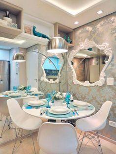 Para o apartamento de 37 m² em Maringá (PR), espelhos dão sensação de amplitude ao ambiente. Projeto de Caroline Yasmin Gonçalves.