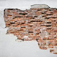 How to Create Faux Exposed Brick Wall Using Venetian Plaster & Stone Veneer thumbnail Related posts:How to: Faux Brick WallDe Schicht // metselwerk in nieuwe woningentree // renovation of block of flats . Faux Stone Walls, Faux Brick Walls, Exposed Brick Walls, Faux Murs, Outside House Colors, Brick Face, Interior Design Games, Cracked Wall, Brick Texture