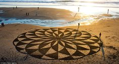I ncredible Works of Beach Art by Andres Amador San Francisco native Andres Amador is an artist that specializes in temporary land art on. Mandala Art, Art Plage, Performance Artistique, Sand Drawing, Beach Drawing, Sand Painting, Beach Paintings, Beach Artwork, Crop Circles