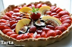 Tarta owocowa ze świeżymi owocami: figami, brzoskwiniami, truskawkami, winogronami.