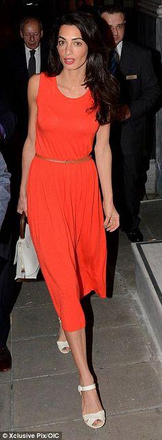 Amal Alamuddin, orange dress, color-block bag, beige flat sandals ☑️