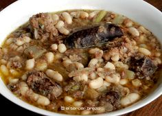 En fiestas de moros y cristianos de Alcoy, la comida típica es esta olleta de músic, plato caliente de cuchara, elaborado a base de alubias blancas y carne.