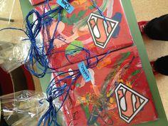 Tegel verven voor vaderdag Stap 1:stempelen met spons (rood) Stap 2:kinderen laten schilderen met penseel op de tegel(verschillende kleuren) Stap 3: vernissen Stap 4 : afwerken met een Superman logo en schrift