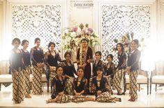 Bride & bridesmaids in Indonesian traditional dress | http://www.bridestory.com/diera-bachir-photography/projects/cynthia-raditya-wedding