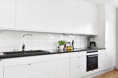 Exklusivt kök från Ballingslöv med extra tillval såsom bänkskiva av granit. LUCKA: Solid vit