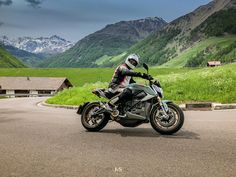 Heute habe ich ein Dilemma. Es ist #schweizempfiehlt - Tag, doch die Person, welche ich heute empfehlen will, arbeitet zwar in der Schweiz im schönen Val Müstair, doch lebt im deutschsprachigen Italien. Er nennt die 48 engen Kehren des Stilfserjoch's sein Revier. Er fährt verschiedene Motorräder - und das doch schon ziemlich lange. Eines seiner vielen Motorräder ist ein elekrisch betriebenes und daher schier lautloses Motorrad der Marke Zero Motorcycles Inc. bzw. Zero Motorcycles EMEA. Er s Bmw, Social Media, Indian, Sport, Pictures, Friday, Photos, Deporte, Sports