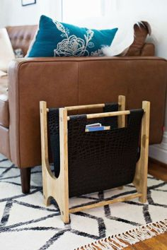 DIY Make your own wood and leather magazine holder with this step-by-step tutorial. Diy Home Decor Projects, Wood Projects, Woodworking Projects, Woodworking Skills, Woodworking Plans, Craft Projects, Diy Magazine Holder, Magazine Racks, Magazine Stand