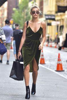 Vestido de veludo verde musgo, ankle boot, botinha preta