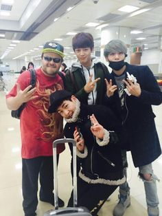 SHINee Members Run Into American Comedian Jack Black At The Airport http://www.kpopstarz.com/articles/147344/20141207/shinee-members-run-into-american-comedian-jack-black-at-the-airport.htm