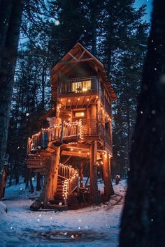 Treehouse in Whitefish, Montana – Tattoos – Cozy Places Beautiful Tree Houses, Cool Tree Houses, Beautiful Homes, Tiny Houses, Beautiful Space, Location Airbnb, Treehouse Cabins, Treehouses, Tree House Designs