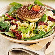 Burger au fromage, salade mélangée