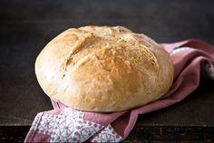 Vaalea leipä / White bread  Vaalea leipä ei ole mitään höttöä itsetehtynä. Italialaisen ohjeen mukaan huolellisesti vaivattu taikina kohoaa ihanaksi tuoksuvaksi leiväksi. Nauti voin ja juuston kera, tai sellaisenaan pataruokien ja keittojen lisukkeena.  http://www.valio.fi/reseptit/vaalea-leipa/