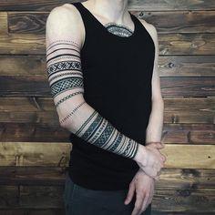 Это Кирилл Пономаренко, который сам создал уже второй эскиз для себя. Идея заключается в браслетах из славянского орнамента. В целом мы работали 5 тяжелых и длинных сеансов, тяжелее всего было переводить трансфер на кожу, чтобы все линии оставались горизонтальными со всех сторон) Спасибо за терпение #sashatattooing #linework #dotwork #tattoo #love #blackworkers