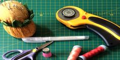 MATERIAL BÁSICO PATCHWORK - MIMANA PATCHWORK Tools, Sewing Needles, Sewing By Hand, Beginner Sewing Patterns, Sewing Tutorials, Chalk Markers, Ironing Boards, Instruments