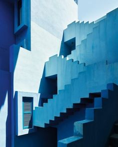 💙 The beautiful La Muralla Roja - an apartment complex set on the rocks in the coastal town of Calpe, Spain. it was designed by Ricardo Bofill and built in 1973 and its now one of the most photogenic buildings in Europe. Colour Architecture, Interior Architecture, Online Architecture, Ricardo Bofill, Apartment Complexes, Blue Dream, Red Walls, Stairway To Heaven, View Photos