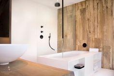 Solid surface badkamer : Maatwerk klassiek chique badkamer met grote wandtegels en kerlite
